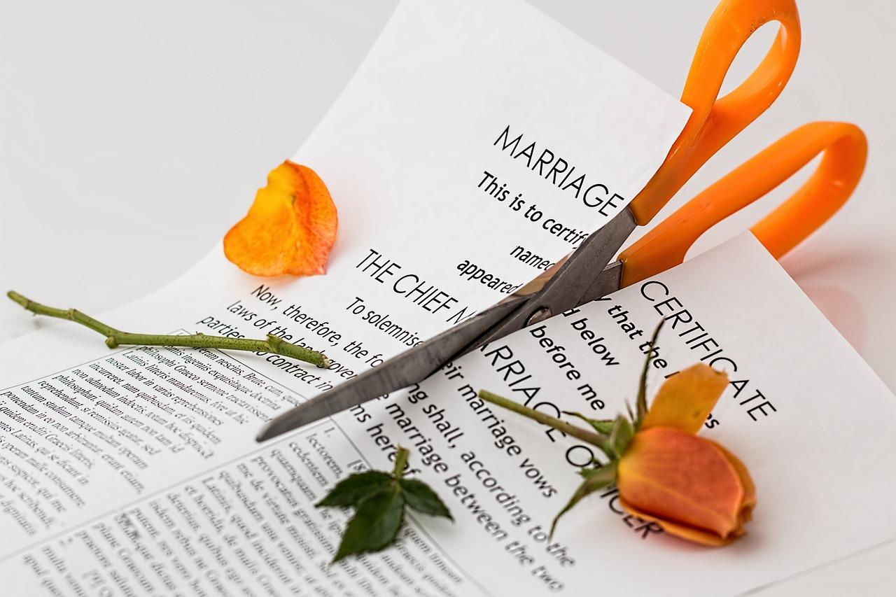 Pozew o rozwód – co powinien zawierać? Poradnik prawny