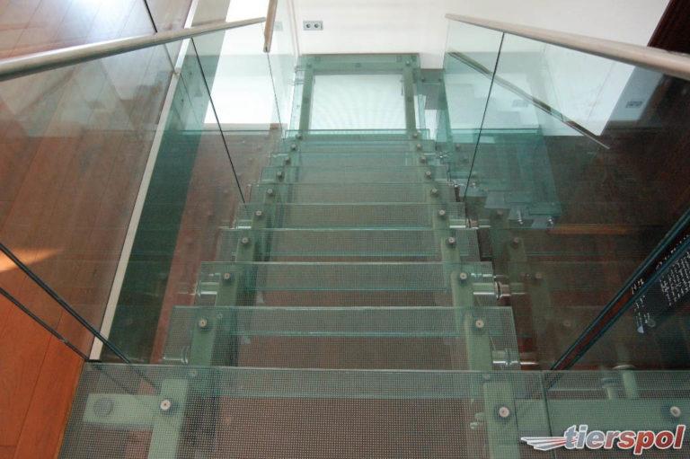 Minimalistyczne balustrady całoszklane. Kiedy warto je wybrać?
