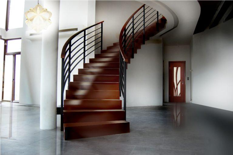 Drewno to idealny surowiec służący do budowy schodów
