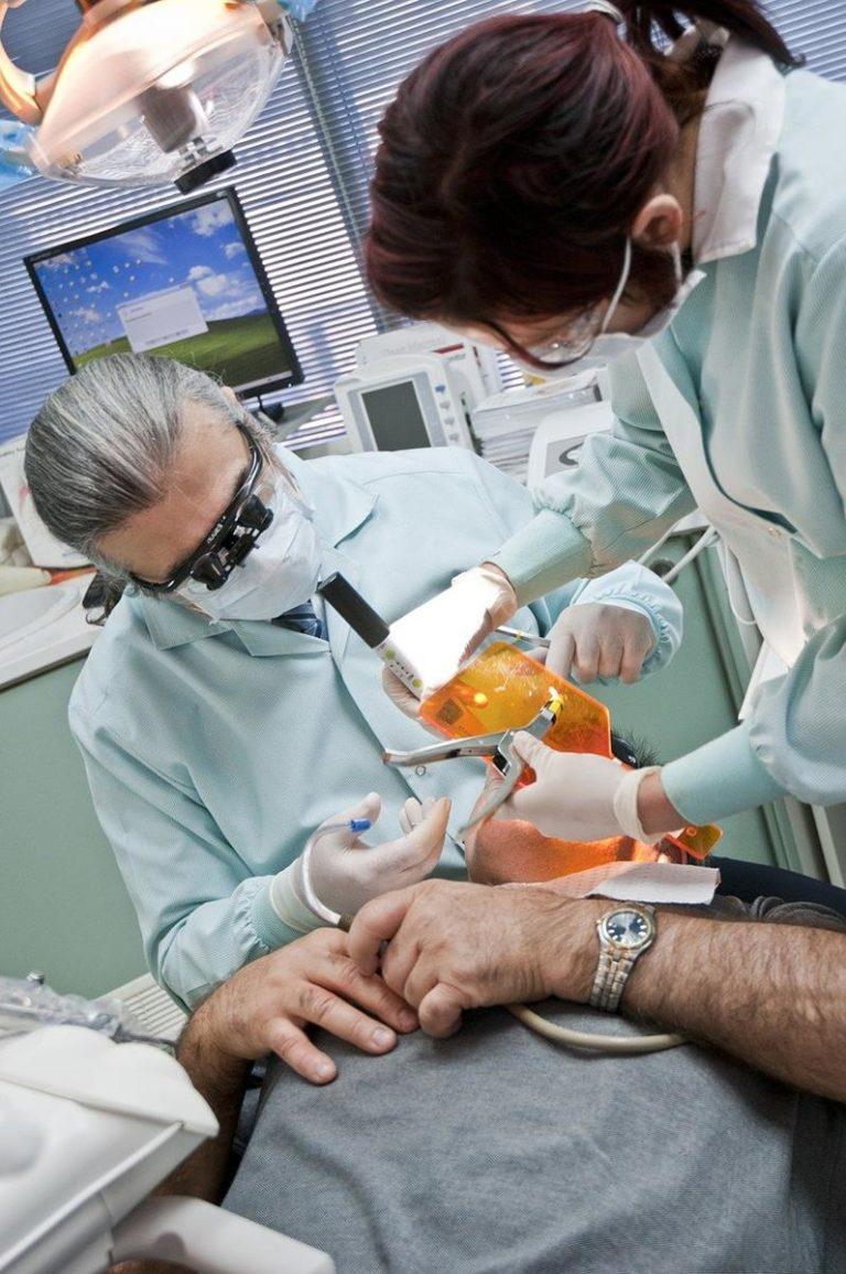 Popraw wygląd swoich zębów za pomocą koron stomatologicznych